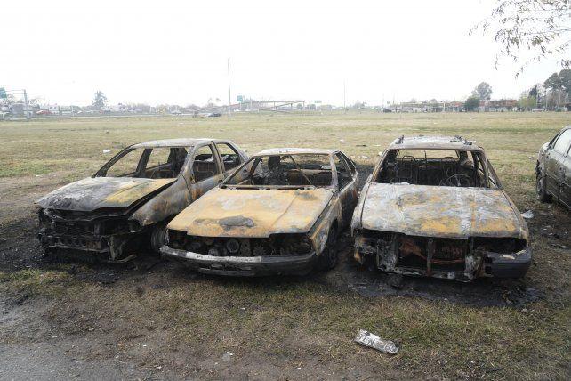La víctima del ataque también sufrió el incendio de tres autos que había frente a su taller en la misma cuadra de su casa baleada.