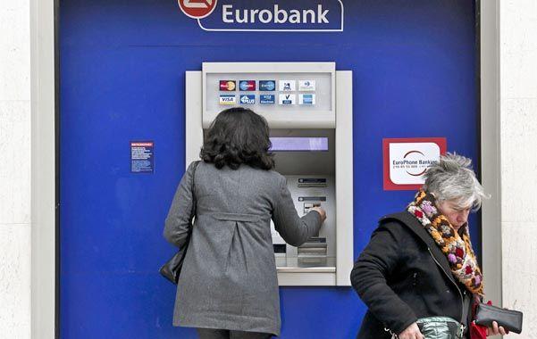 Desconfianza. Los griegos están vaciando sus cuentas bancarias.