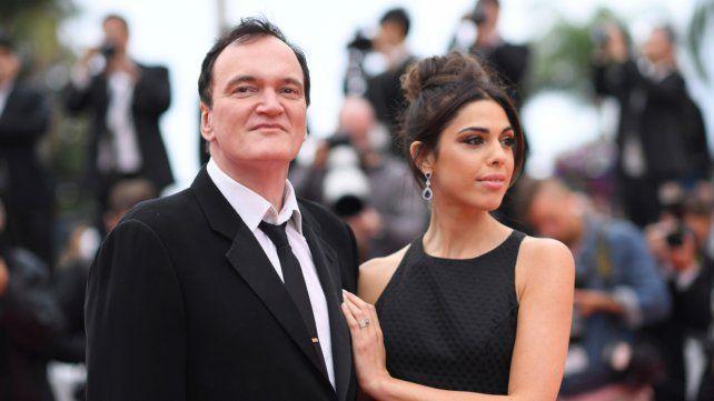 En Cannes. Quentin Tarantino y su esposa en la alfombra roja. El cineasta difundió una carta atacando a los spoilers.