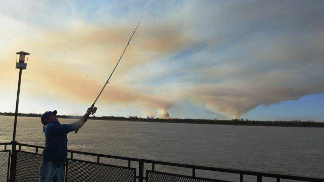 Pese a la prohibición de las quemas, sigue llegando a Rosario el humo de las islas