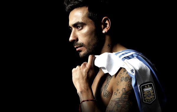 El Pocho hace las delicias de las fans mostrando músculos y elaborados tatuajes.
