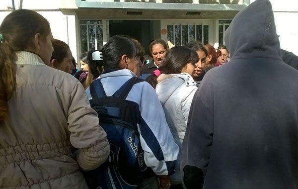 Unas 200 familias marcharon esta mañana hasta la intendencia de Villa Gobernador Gálvez.