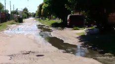 barrio las flores: colapso la red cloacal y los vecinos se inundan de aguas servidas
