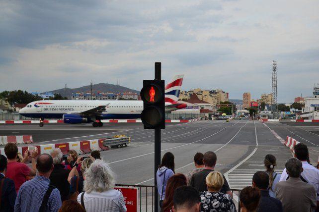 Los aviones aterrizan ante las narices de la gente y los autos deben frenar porque la pista atraviesa la autopista.
