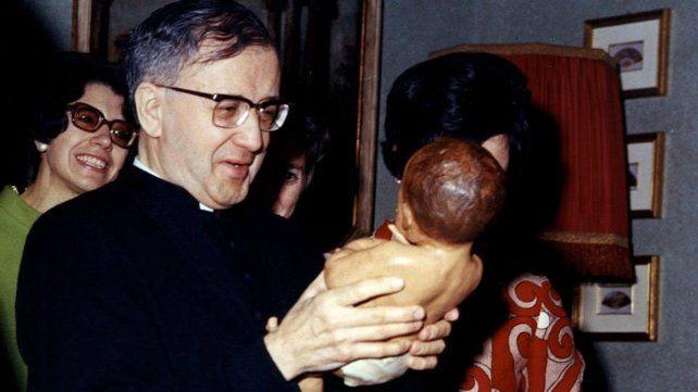 José María Escrivá de Balaguer, con íntimos lazos falangistas y franquistas, fundó el Opus Dei en 1928 y fue santificado por Juan Pablo II. Por su cercanía con el cardenal Antonio Caggiano, habilitó la primera casa Opus en Argentina en Rosario.
