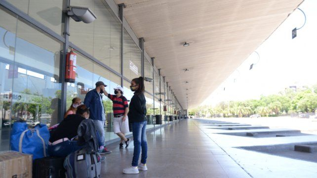 Una familia espera para viajar a Corrientes.