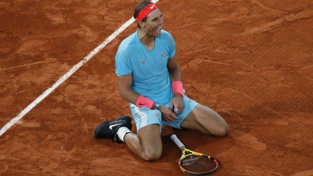 Rafa Nadal festeja con las rodillas en el suelo su título número 13º en Roland Garros.
