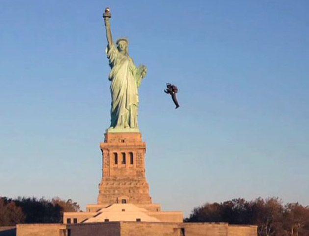 El jetpack realizó un espectacular vuelo sobre la Estatua de la Libertad.