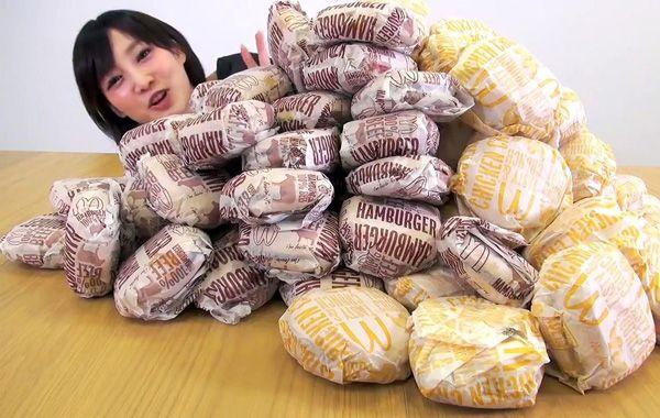 Entrs sus hits en You Tube está el que la muestra comiéndose 100 hamburguesas de McDondalds.