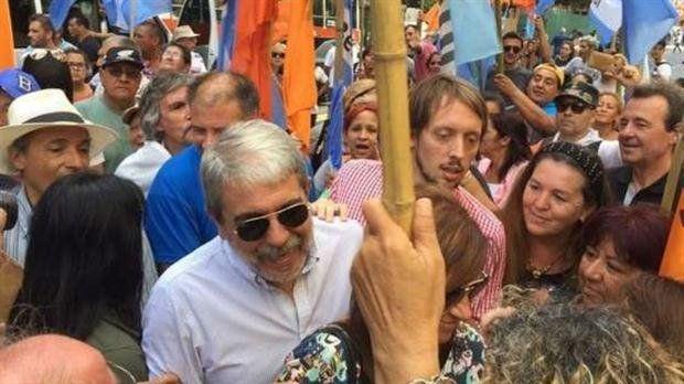 Aníbal Fernández quiso subir al palco del acto de la CGT y no lo dejaron.