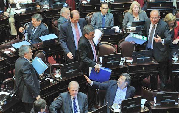 Retirada. Todo el bloque radical abandona el recinto legislativo en solidaridad con el senador Gerardo Morales.
