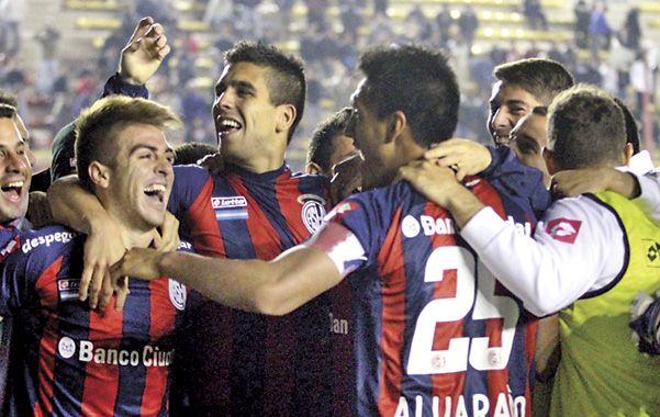 Eufórico. Buffarini (izq.) celebra junto a sus compañeros luego de los penales.