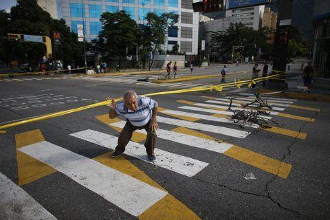 inactividad. Una tranca o barricada en una avenida en Caracas. La falta de movimiento resultó evidente.