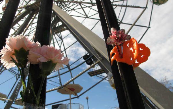 Homenaje. Flores coronan el acceso a la Vuelta al Mundo