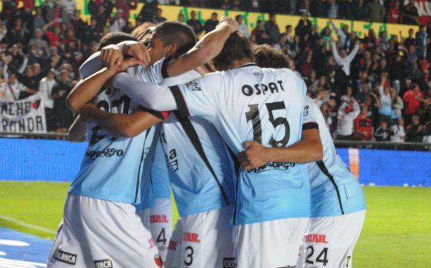Lucas Alario acaba de convertir el gol de penal y es abrazado por sus compañeros.