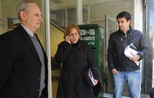 Con apoyo. Adriana Abaca fue acompañada a la Fiscalía Federal por su esposo y el diputado provincial Eduardo Toniolli.