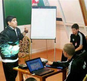 Diego durante la charla con los jugadores de Deportivo Riestra.
