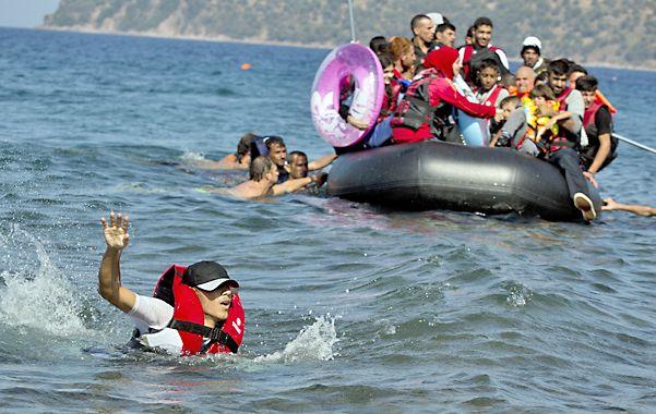 Un sirio nada hacia la costa de Lesbos