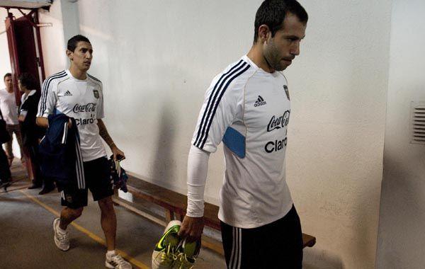 Ultima práctica. Mascherano y Di María van hacia las duchas tras reconocer el campo de juego y entrenar.