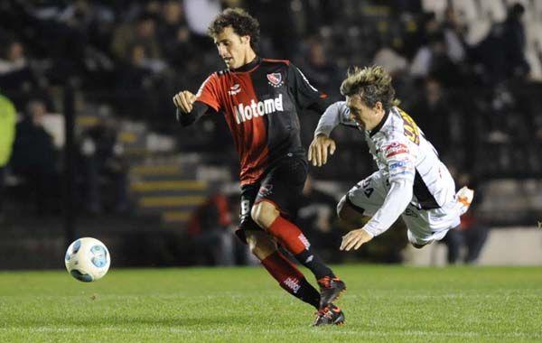 Orsan deja en el aire  la marca del jugador de All Boys. (Foto: S Meccia)