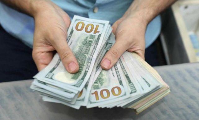 El dólar blue siguió un recorrido de fuerte baja esta semana.