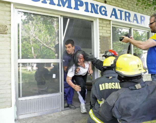Una mujer herida es rescatada del lugar por personal de emergencia. (Foto: S. Salinas)