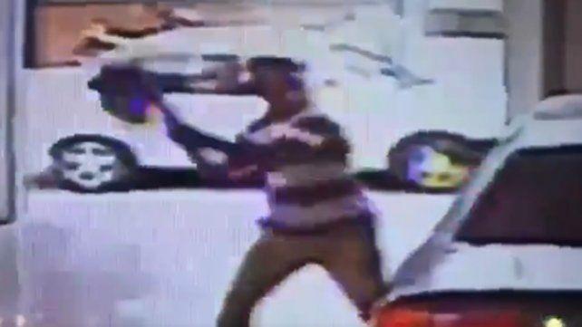 El viral del momento: entró a una concesionaria de autos y destrozó un Audi