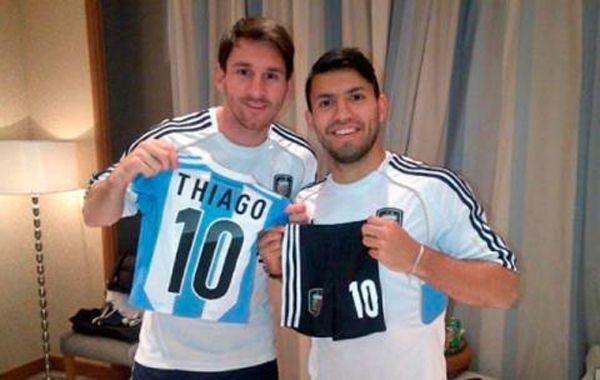 El Kun le regaló a Messi una camiseta argentina para Thiago