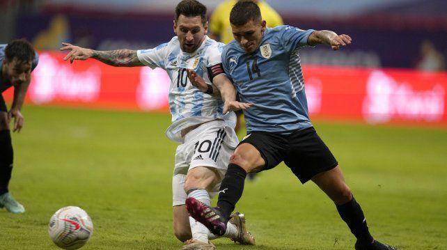 El argentino Lionel Messi y el uruguayo Lucas Torreira luchan por el balón durante un partido de fútbol de la Copa América en el estadio Nacional de Brasilia, Brasil, el viernes 18 de junio de 2021 AP Photo / Ricardo Mazalan.