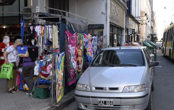 Sólo por Navidad. Desde ayer los rosarinos pueden dejar sus vehículos en estas importantes arterias del centro de la ciudad.