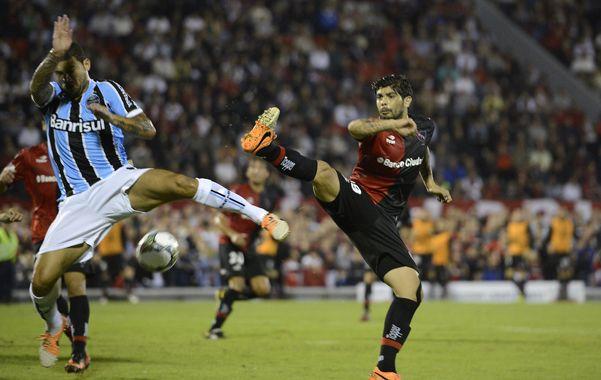 Iguales. Ever Banega y su rival levantan las piernas para tratar de pegarle a la pelota.