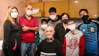 La familia de Marcos Becerra celebró sus 100 años con todos los cuidados sanitarios.