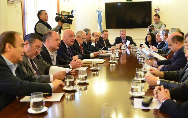 Fuerte apoyo al mandatario. El gobernador Antonio Bonfatti recibió a los diputados del Frente Progresista junto a todo su gabinete.