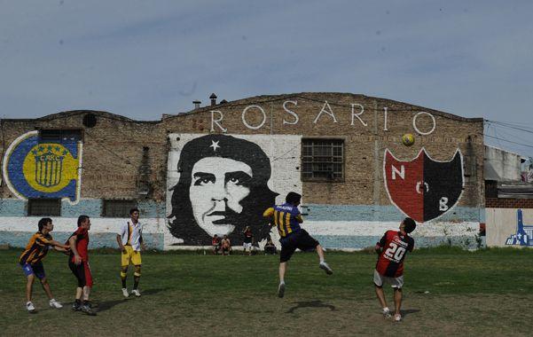 Hinchas canallas y leprosos del barrio Tiro Suizo disputaron ayer su propio clásico. (Foto: M. Bustamante)