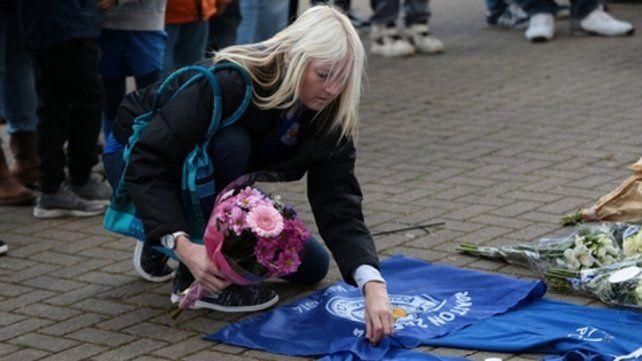 Homenaje. Una hincha de Leicester deposita un ramo de flores.