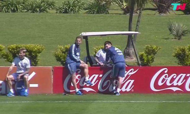 Con charlas entre Messi y Benedetto y la mirada puesta en Icardi, la selección volvió a entrenar