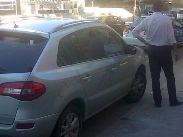 Dos motochorros asaltaron al conductor de un automóvil que estaba estacionando en Barlcarce y San Luis (Foto: Gentileza Pablo Kassabian).