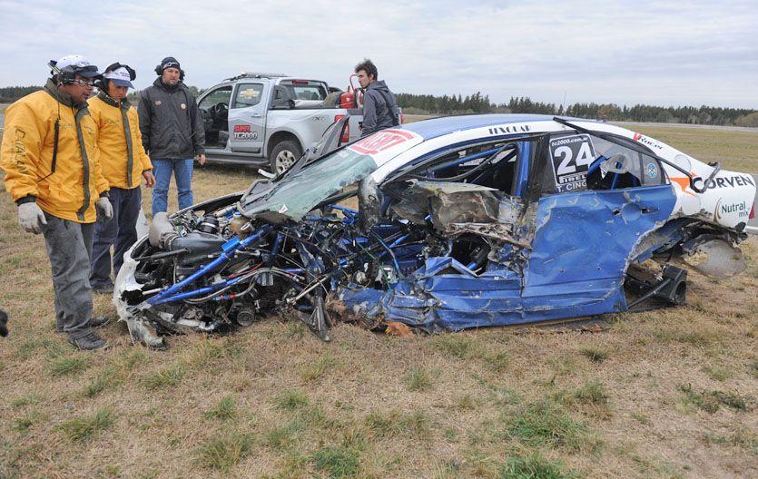 Así quedó el Civic de Cingolani. Una falla mecánica le hizo perder el control. La jaula aguantó. Pudo ser peor. (Foto: M. Sarlo)