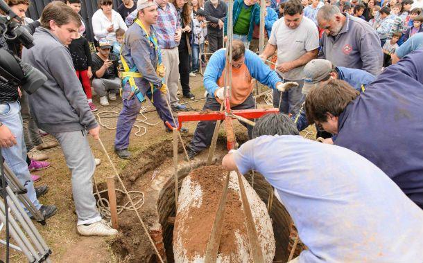 El momento. Los especialistas retiran el caparazón del animal prehistórico. Fue un acontecimiento para el pueblo.