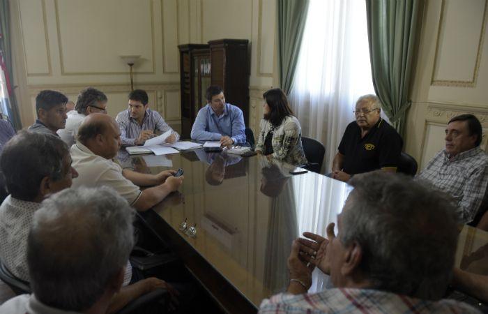 Los taxistas fueron recibidos ayer por representantes de la provincia y el municipio. (Foto: Sebastián Suárez Meccia / La Capital)