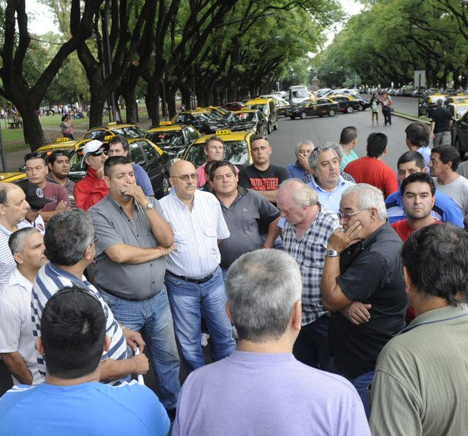 Ayer unos 150 peones de taxi debatieron en Oroño y Cochabamba sobre cómo seguir adelante sin poner en riesgo la vida.