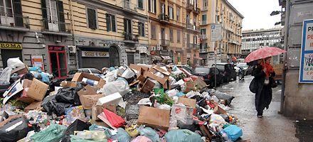 Berlusconi proclamó que no hay más montañas de basura en Nápoles