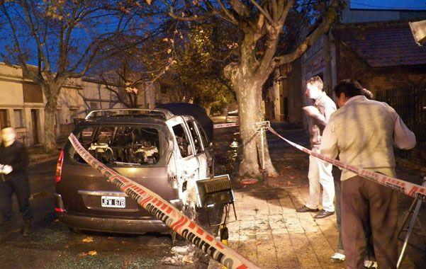 Consumido. El automóvil oficial de la Intendencia quedó totalmente inutilizable a raíz del efecto de las llamas.