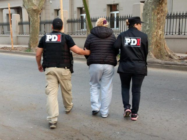 Camino a la celda. Ida Beatriz R. es escoltada por agentes de la PDI hacia los calabozos del viejo Batallón 121.