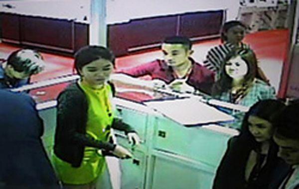 La pareja sospechosa fue captada por las cámaras de seguridad.