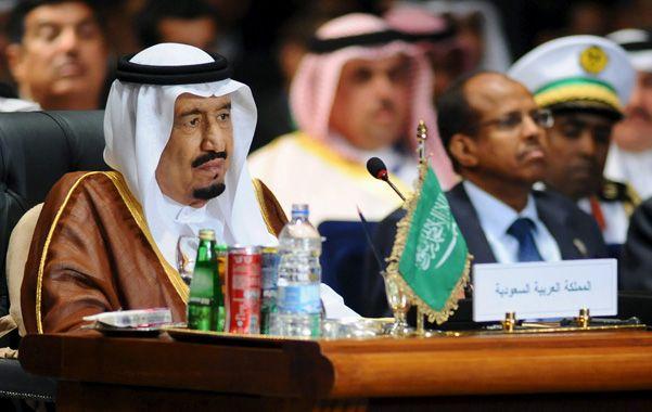 El acuerdo. El rey Salman de Arabia Saudita durante la cumbre árabe en el balneario egipcio de Sharm al Sheij.