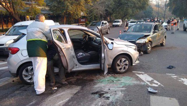 El Fiat Argo y el Chevrolet Corsa quedaron enfrentados tras el violento choque.