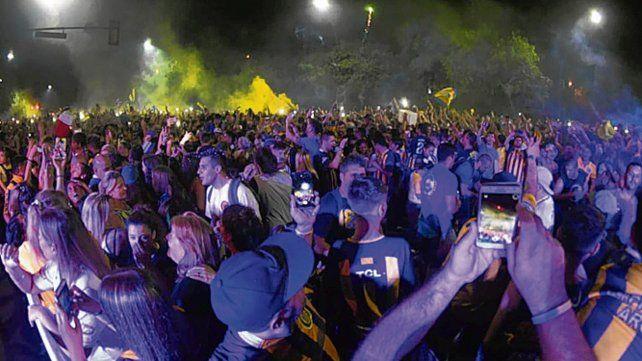 Colorido auriazul. Miles de simpatizantes explotaron a la 0 del martes 24.