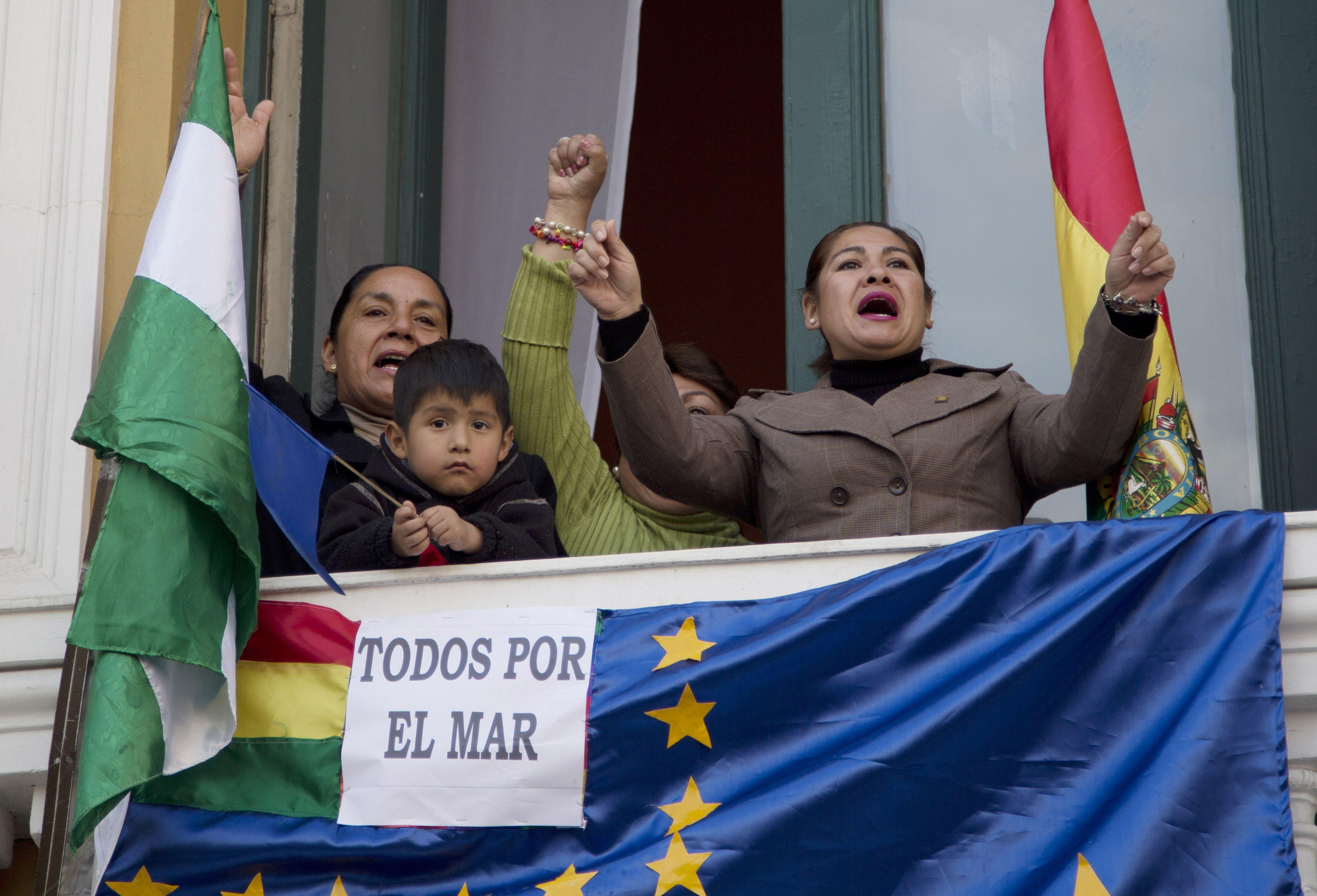 Los bolivianos se reunieron en las plazas para seguir en pantallas gigantes la transmisión del fallo.