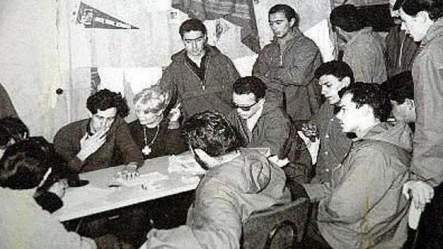 Dardo Cabo (fumando un cigarrillo al lado de Cristina Verrier) pergeñó la idea de hacer una ocupación simbólica a las islas (Crédito: Héctor Ricardo García/Diario Crónica)